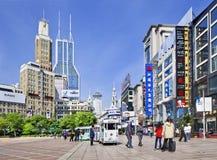 南京东部路购物街道在一个夏日,上海,中国 图库摄影