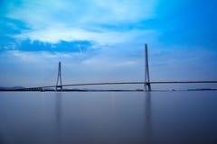 南京缆绳停留了在黄昏的桥梁 库存图片