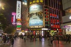 南京路在上海,中国在夜之前 免版税图库摄影