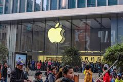 南京路走的街道的现代苹果计算机商店在商代hai瓷 免版税库存照片