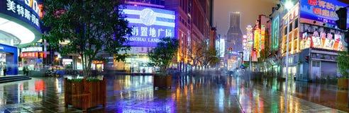南京Lu路,上海,中国,在雨以后的夜街道 库存照片