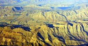 南伊朗山和沙漠鸟瞰图  免版税库存图片