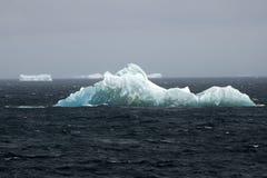 南冰洋,与冰山的浮动冰在背景中 免版税库存照片