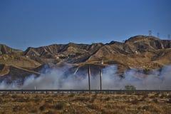 南加州野火在高速公路5附近烧 免版税库存图片