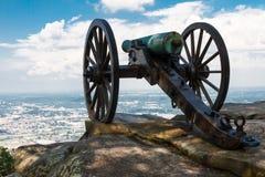 南北战争在监视山上面的时代大炮,俯视Chattanoog 免版税库存照片