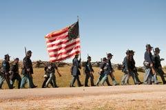 南北战争联合与旗子的战士行军 免版税库存照片