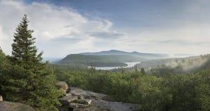 南北湖和Kaaterskill高山看法在纽约卡兹奇山  库存照片