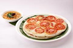 南印地安早餐蕃茄utappam和酸辣调味品 免版税库存照片
