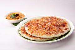 南印地安早餐utappam和酸辣调味品 图库摄影
