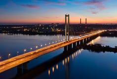 南地铁桥梁在晚上 基辅,乌克兰 库存图片