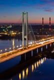 南地铁桥梁在晚上 基辅,乌克兰 免版税图库摄影