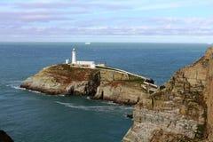 南堆灯塔和峭壁Gwynedd威尔士 免版税库存图片