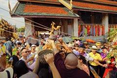 南奔,泰国- 2019年5月18日:人们一起一起倾吐水在南奔,泰国沐浴Phra Chedi骇黎朋猜 免版税库存图片
