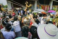 南奔,泰国- 2019年5月18日:人们一起一起倾吐水在南奔,泰国沐浴Phra Chedi骇黎朋猜 库存图片