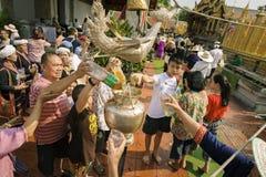 南奔,泰国- 2019年5月18日:人们一起一起倾吐水在南奔,泰国沐浴Phra Chedi骇黎朋猜 图库摄影