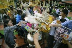南奔,泰国- 2019年5月18日:人们一起一起倾吐水在南奔,泰国沐浴Phra Chedi骇黎朋猜 库存照片