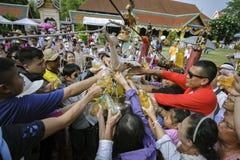 南奔,泰国- 2019年5月18日:人们一起一起倾吐水在南奔,泰国沐浴Phra Chedi骇黎朋猜 免版税图库摄影