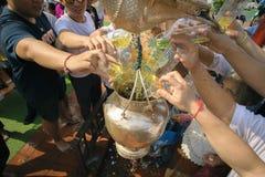 南奔,泰国- 2019年5月18日:人们一起一起倾吐水在南奔,泰国沐浴Phra Chedi骇黎朋猜 免版税库存照片
