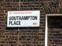 南安普敦地方的路牌坎登自治市镇的在中央伦敦,英国 免版税库存照片