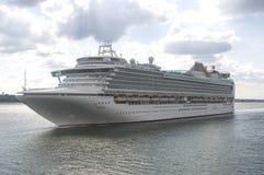 南安普敦- 2014年7月13日:离开南安普敦船坞的Azura 库存照片