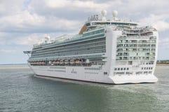 南安普敦- 2014年7月13日:离开南安普敦船坞的Azura 免版税库存图片