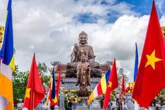 南定,越南- 2014年9月2日-菩萨释伽牟尼在Truc潜逃Thien Truong的古铜雕象 免版税图库摄影