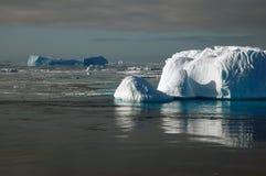 南极冰山阳光 库存图片
