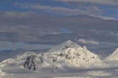 南极半岛冬天阴云密布的山和多云 库存照片