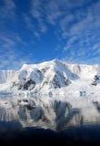 南极半岛和多雪的山 库存图片