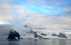 南极半岛和多雪的山 免版税库存图片