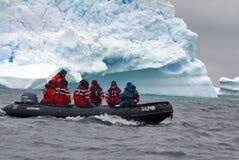 南极巡航可膨胀的小船在南极洲 库存图片