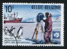 南极探险家船和企鹅 免版税库存照片