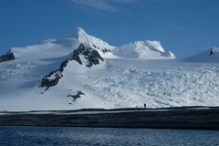 南极洲独奏远足在原始山、雪和冰川下 免版税库存照片