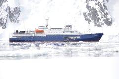 南极洲远征船在冰冷的水域中 库存图片
