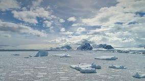 南极洲雪漂泊狂放的自然鸟瞰图 股票录像