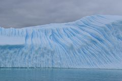 南极洲,漂浮在南极海洋的一座大蓝色冰山 免版税库存照片