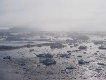 南极洲在雾的冰山风景 库存图片
