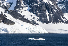 南极洲的海岸线有冰层的 图库摄影