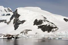 南极洲的海岸线有冰层的 免版税库存照片
