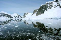 南极洲的海岸线有冰层的 免版税库存图片