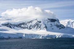 南极洲-童话风景在一个晴天 免版税库存图片