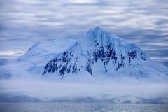 南极洲蓝色软的山 免版税库存照片