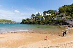 南沙子在出海口使Salcombe德文郡英国海滩靠岸在与人的夏天 库存照片