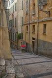 南法国,尼斯的城市:老镇的狭窄的街道 库存图片