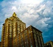 320南波士顿大厦的Perspecitive视图在街市土尔沙俄克拉何马在一风暴日 免版税库存图片