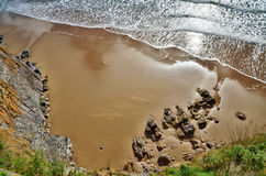 南海滩,与起伏式波的Tenby视图。 免版税库存照片