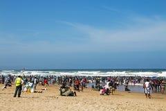 南海滩的德班许多人民 库存照片