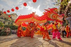 南狮舞蹈,使人开眼界的仪式, Thien Hau夫人塔,越南 库存图片