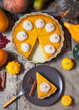 南瓜与被鞭打的奶油和桂香的万圣夜饼在土气背景,顶视图 秋天栗子装饰葡萄10月石榴木头 免版税库存图片