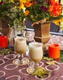 南瓜与被鞭打的奶油和焦糖的香料拿铁 免版税库存图片
